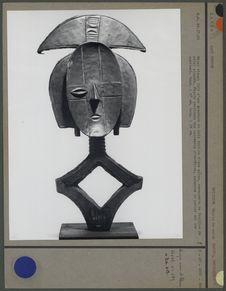 Objet rituel en bois et métal
