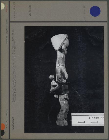 Statuette représentant une femme avec un enfant