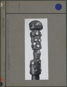 Canne en bois, poignée anthropomorphe cloutée (trois-quarts)