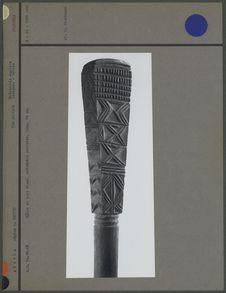 Bâton en bois blanc, extrémité sculptée