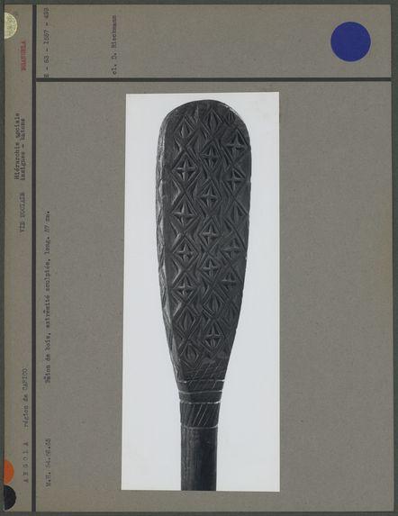 Bâton de bois, extrémité sculptée