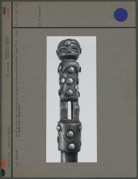 Canne en bois, poignée anthropomorphe cloutée (face)