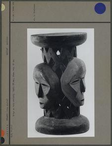 Siège en bois sculpté
