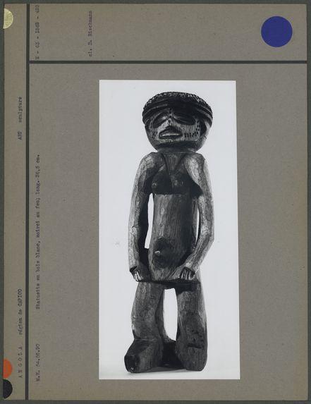 Statuette en bois, noirci au feu