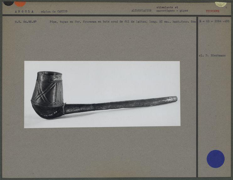 Pipe, tuyau en fer, fourneau en bois orné de fil de laiton
