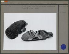 Sandales découpées dans un vieux pneu