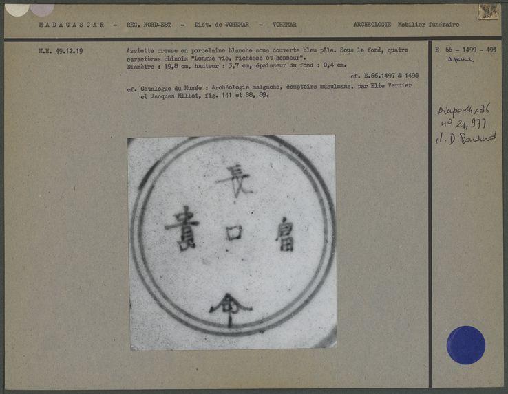Assiette décorée en porcelaine, vue de la signature