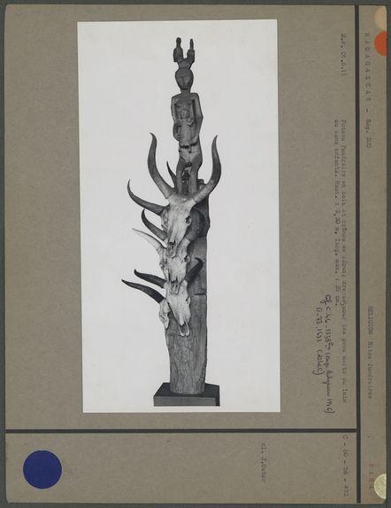 Poteau funéraire, bois et crânes de zébus