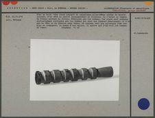 Pipe en bois : tube creux sculpté de cannelures