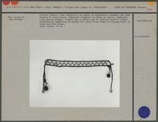 Collier composé d'une bandelette de perles