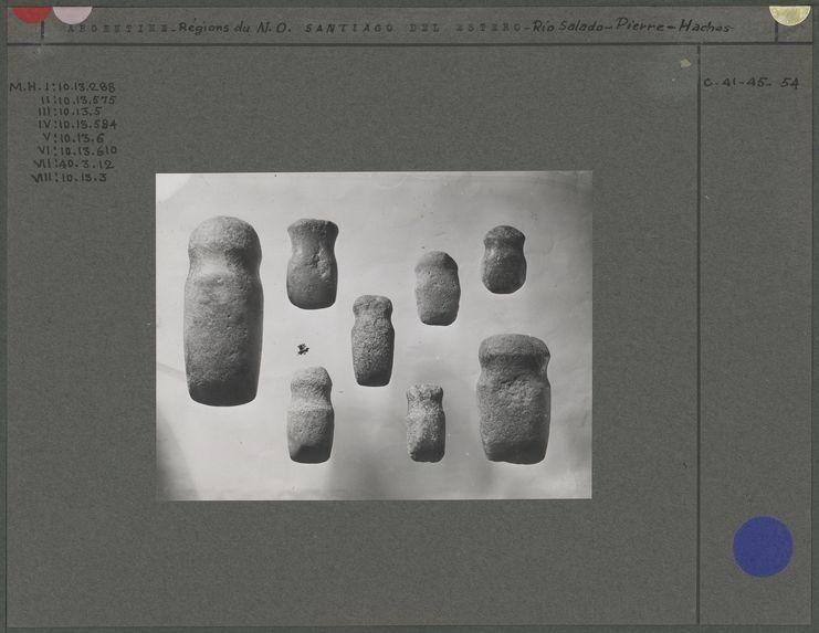 Haches à gorge en pierre