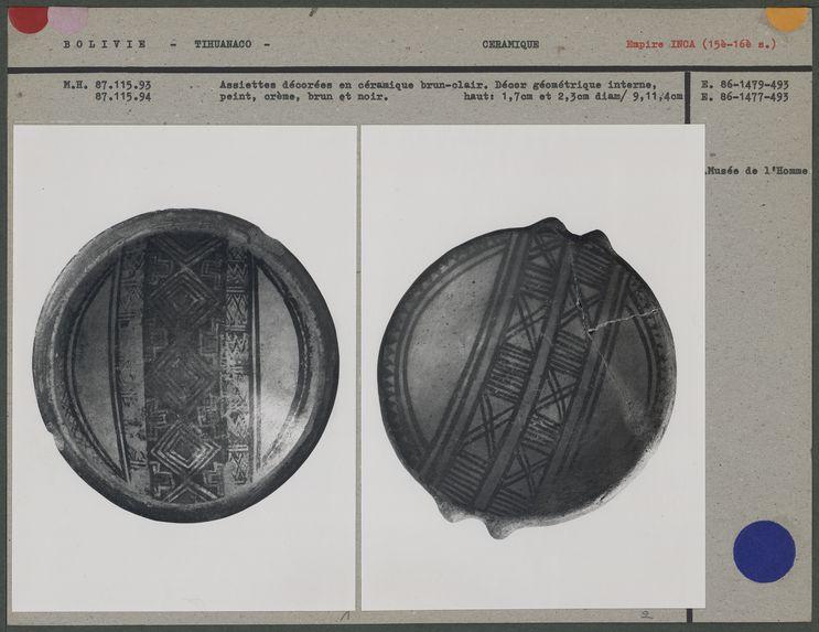 Assiettes décorées en céramique brun-clair