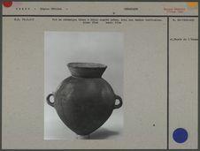 Pot en céramique brune à décor engobé