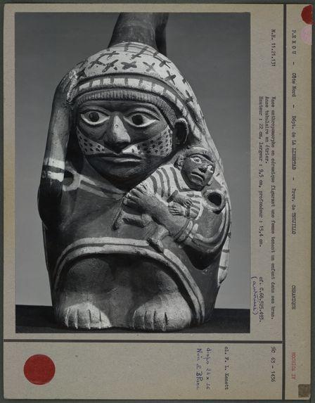 Vase anthropomorphe : mère et enfant