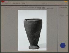 Gobelet à pied tronconique en céramique brune