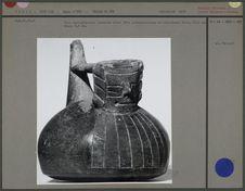 Vase semi-sphérique surmonté d'une tête