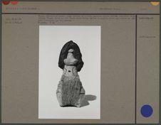 Poupée féminine en argile crue, pagne en écorce