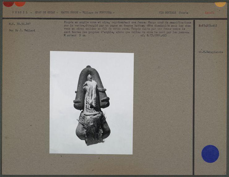 Poupée féminine en argile crue et cire