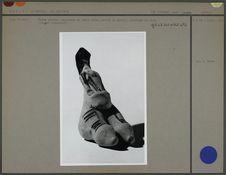 Femme assise, statuette en terre crue