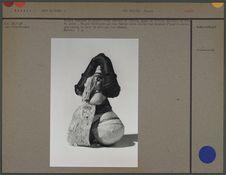 Poupée féminine, pagne en fibres, colliers