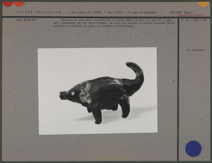 Figurine en cire noire représentant un animal