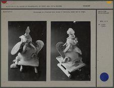 Personnage en céramique avec casque et bouclier