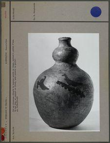Pot en céramique dans un support