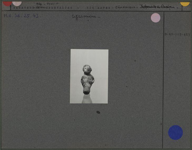 Sifflet ocarina anthropomorphe en céramique grise