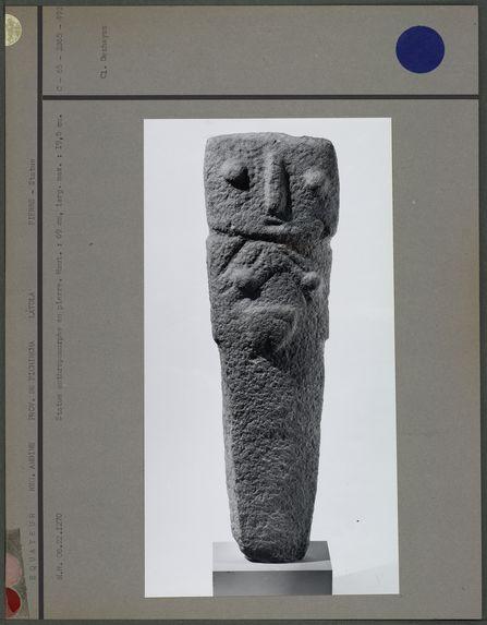 Statue anthropomorphe en pierre