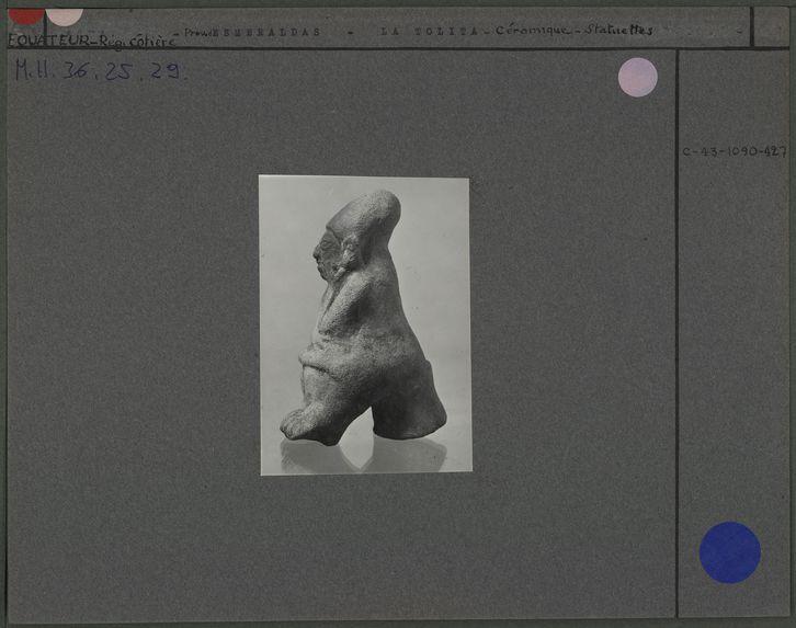 Statuette en céramique, femme assise