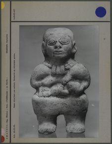 Statuette de femme allaitant, en céramique grise