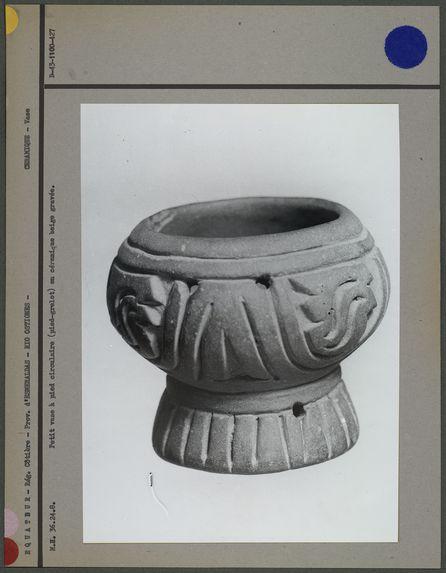 Petit vase à pied circulaire