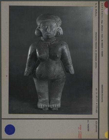 Statuette féminine en céramique peinte