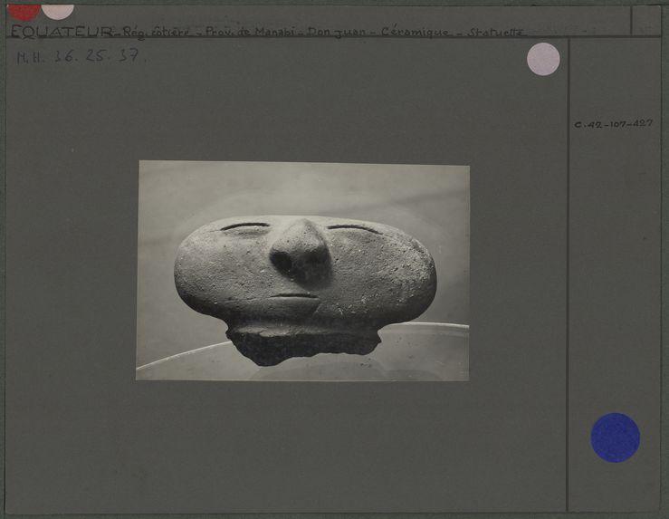 Tête humaine en céramique jaune-brique