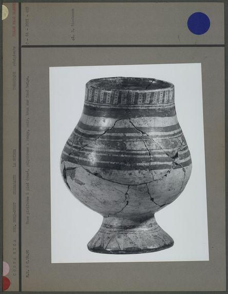Vase piriforme à pied évasé, polychrome