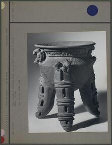 Vase tripode avec décor zoomorphe