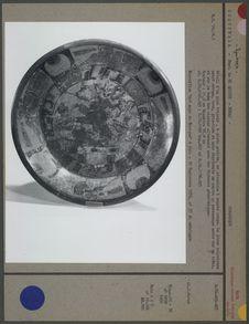 Détail d'un plat tripode maya, pieds grelots