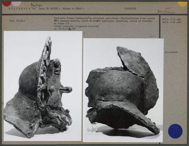 Représentation d'une grande tête humaine, boules et bandeaux en forme d'U