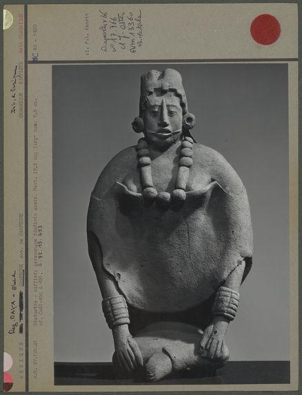 Statuette - sifflet, personnage féminin assis