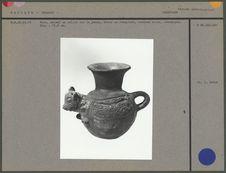 Vase, animal en relief sur la panse