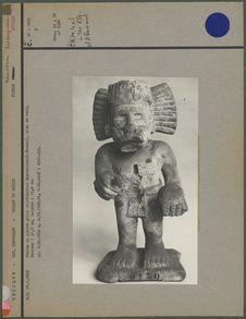 Statue en pierre vue de face