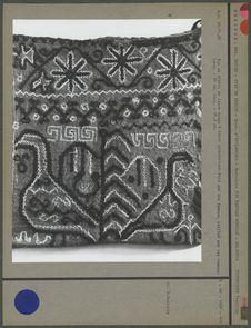 Sac en étoffe de laine rouge à décor géométrique
