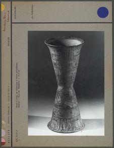 Coupe à pied en céramique à décor polychrome