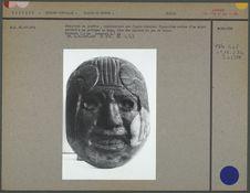 Masque en jade sculpté sur un demi-cylindre
