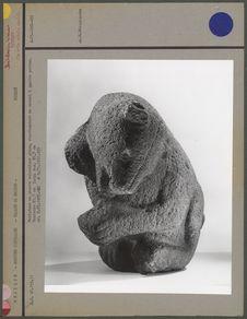 Sculpture en pierre volcanique grise, animal à quatre pattes