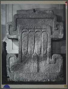 Trachyte sculpté en forme de croix