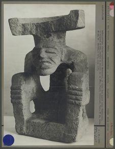 Statue en pierre, homme assis