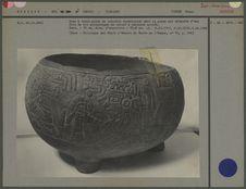 Vase tripode en basalte