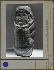 Sculpture en pierre volcanique grise, déesse-serpent