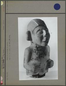 Buste de personnage en pierre